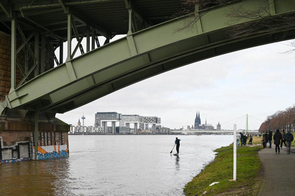 Stehpaddler unter der Südbrücke