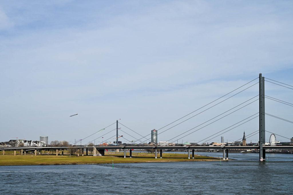 Blick auf die Rheinkniebrücke, Rheinwiesen und Altstadt